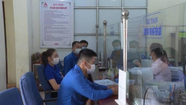 Đoàn viên TN gửi tiết kiệm tại NHCSXH Huyên.jpg