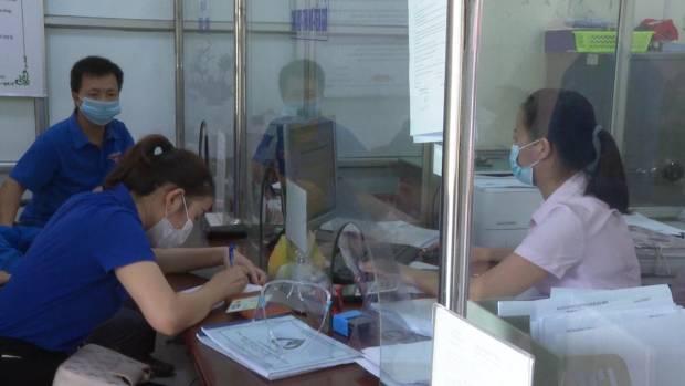 Đoàn viên thanh niên gửi tiết kiệm tại NHCSXH huyện.jpg