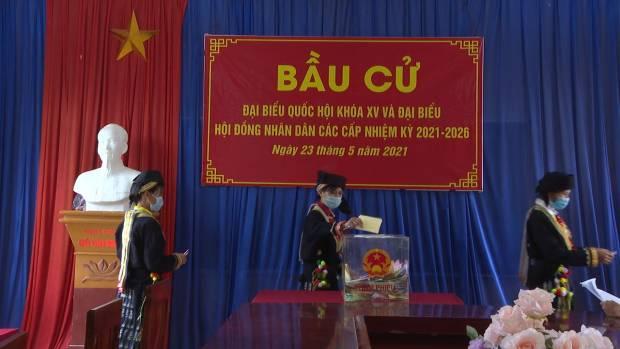 Cử tri Tân Hòa bỏ phiếu_0.jpg